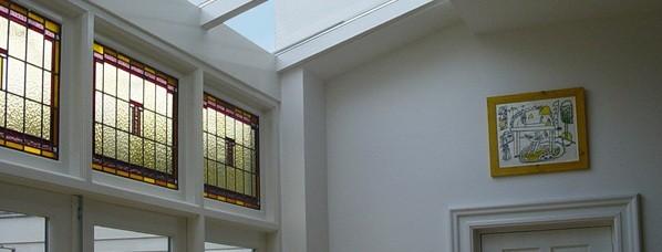 glas-in-lood geeft kleur aan uitbouw